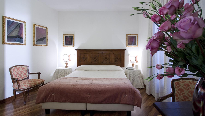 camera con letto matrimoniale Hotel